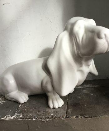 groot beeld hond wit